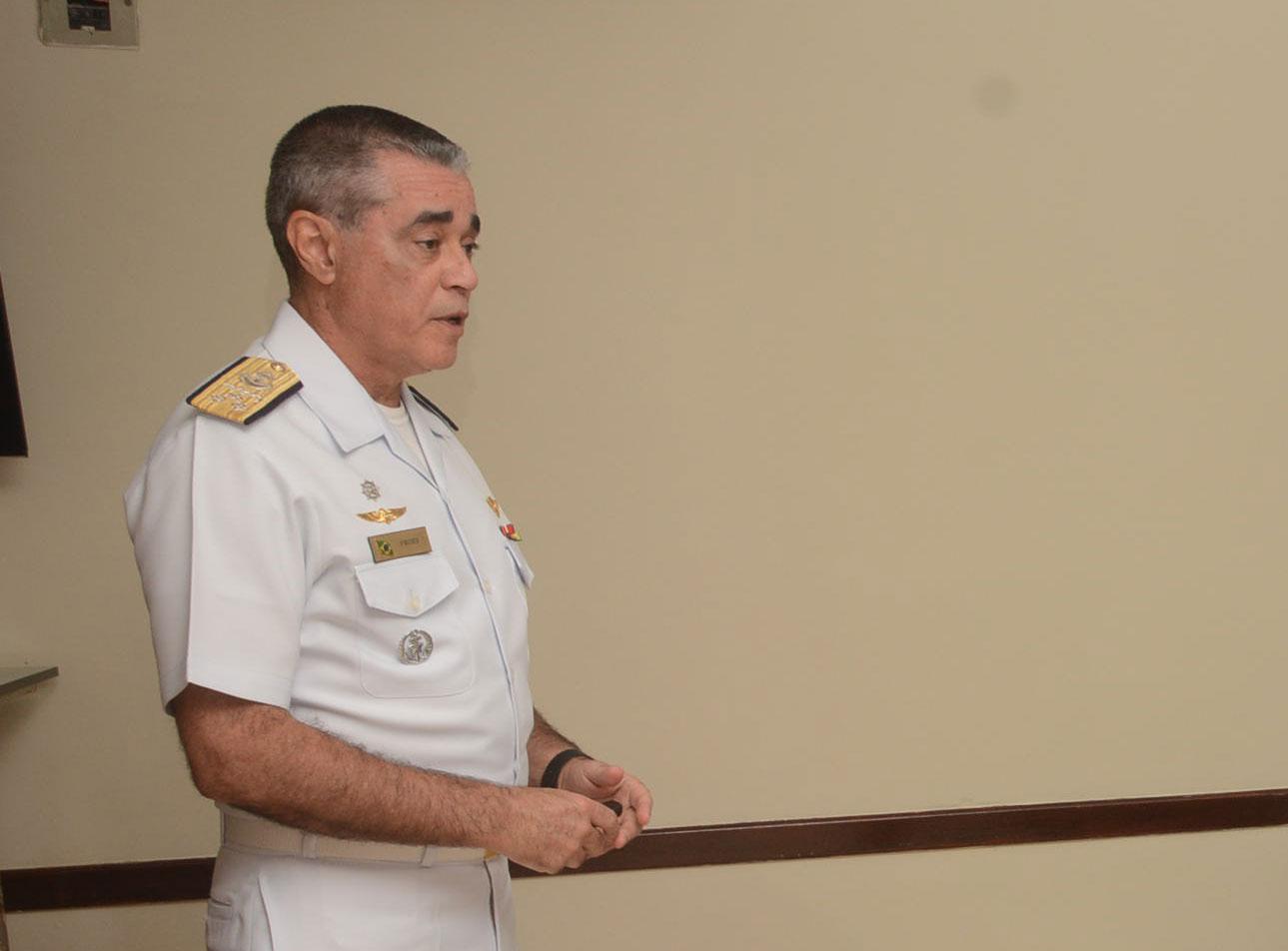 O almirante Luiz Fróes em palestra