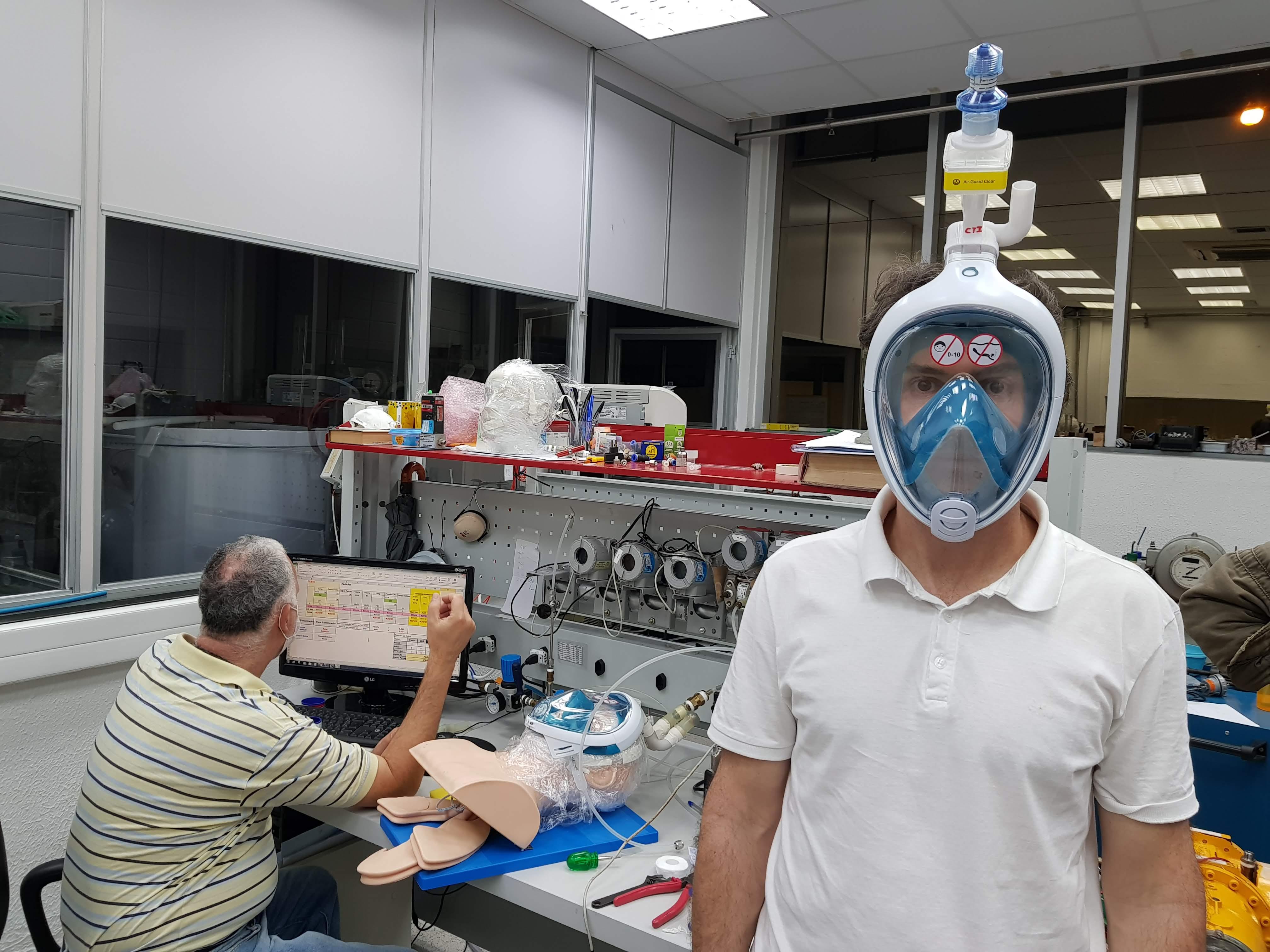 Máscara de mergulho adaptada para o tratamento da Covid-19 usada por voluntário