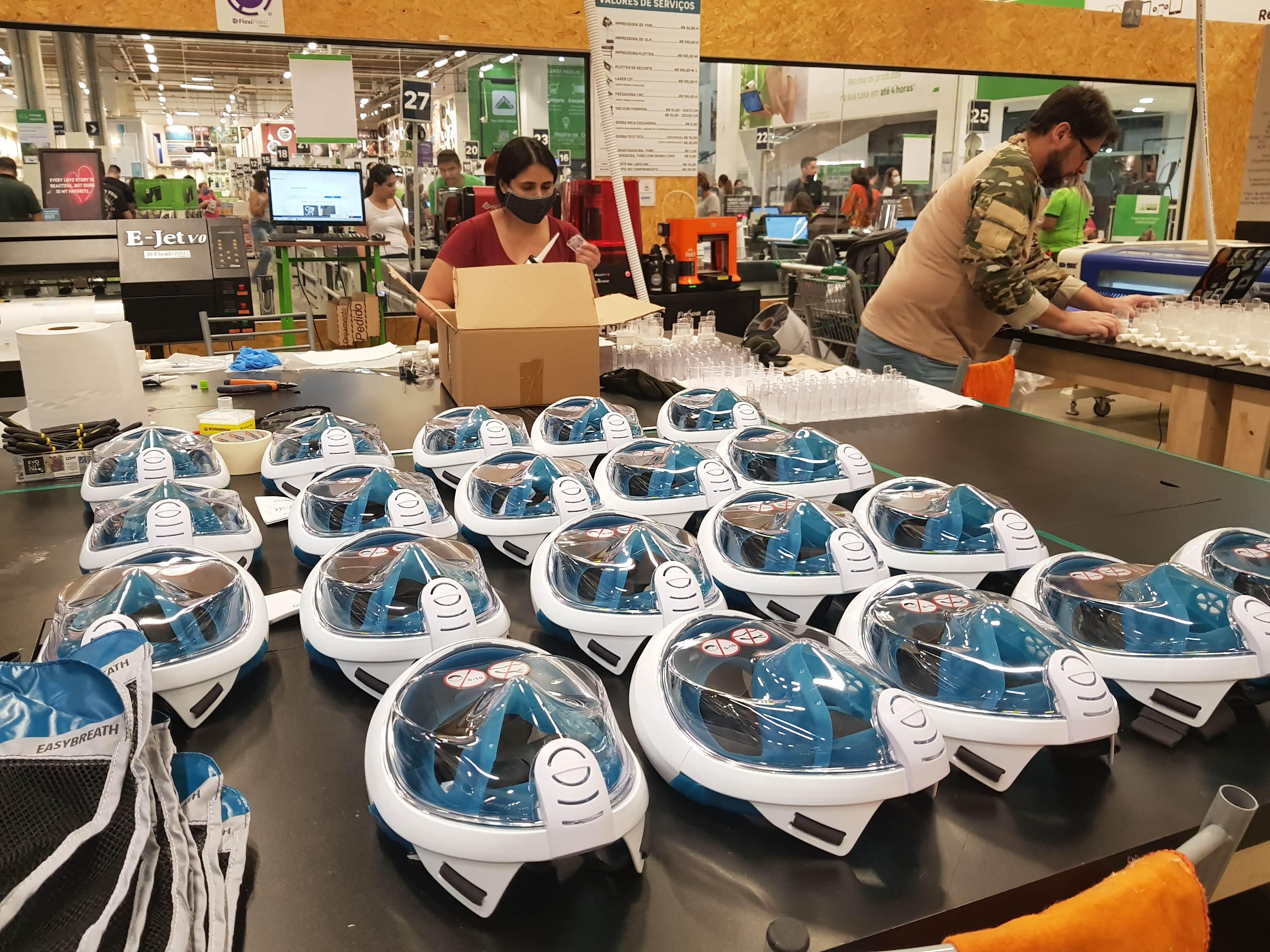Linha de produção das máscaras de mergulho adaptadas para o tratamento da Covid-