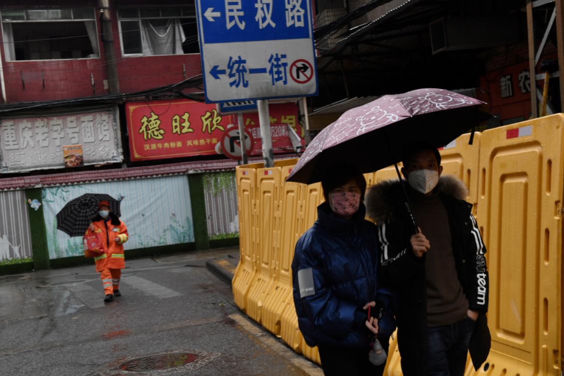 Pessoas usando máscaras de proteção para se protegerem do coronavírus