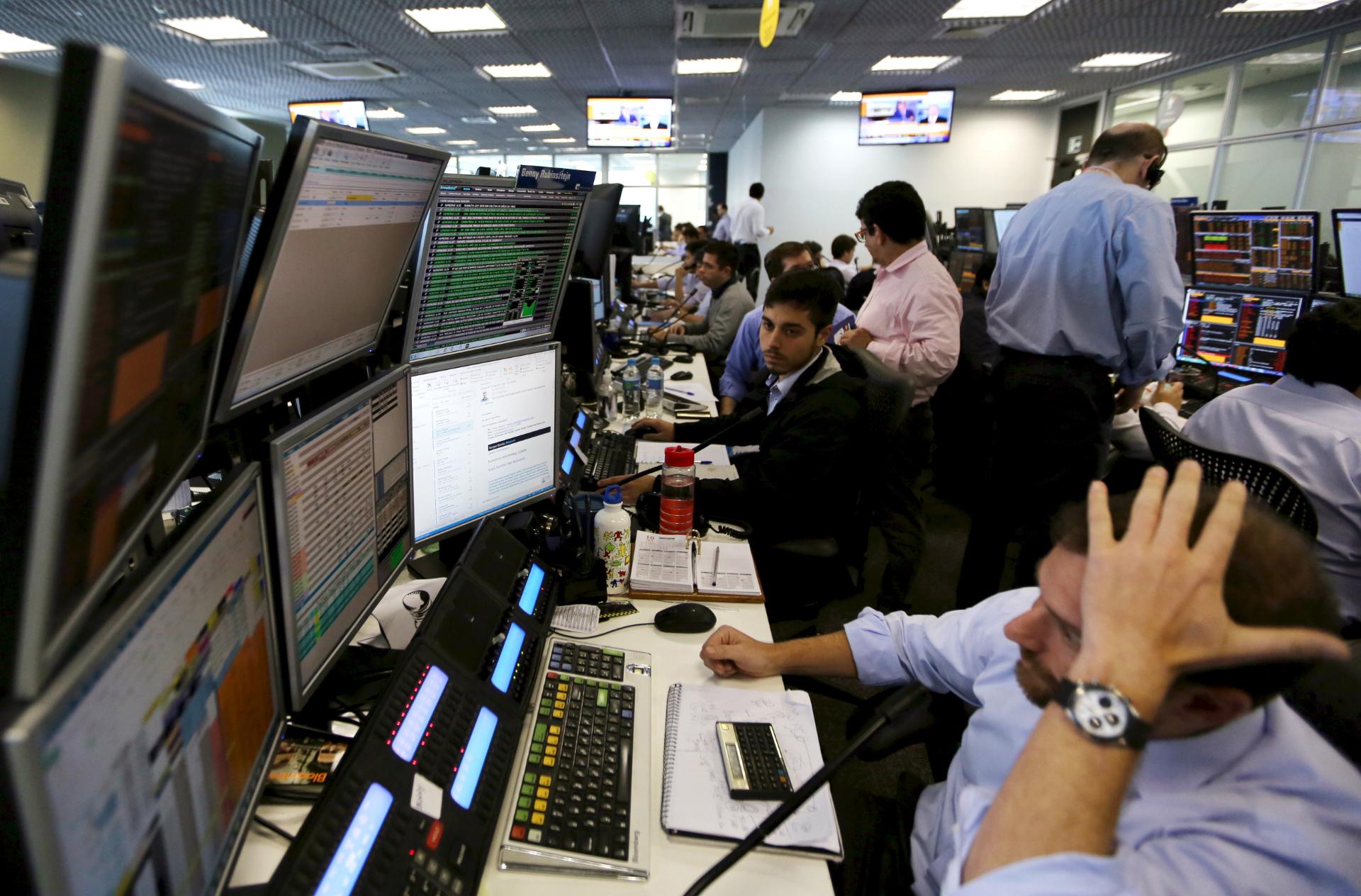 Operadores trabalham em escritórios da XP Investimentos, em São Paulo