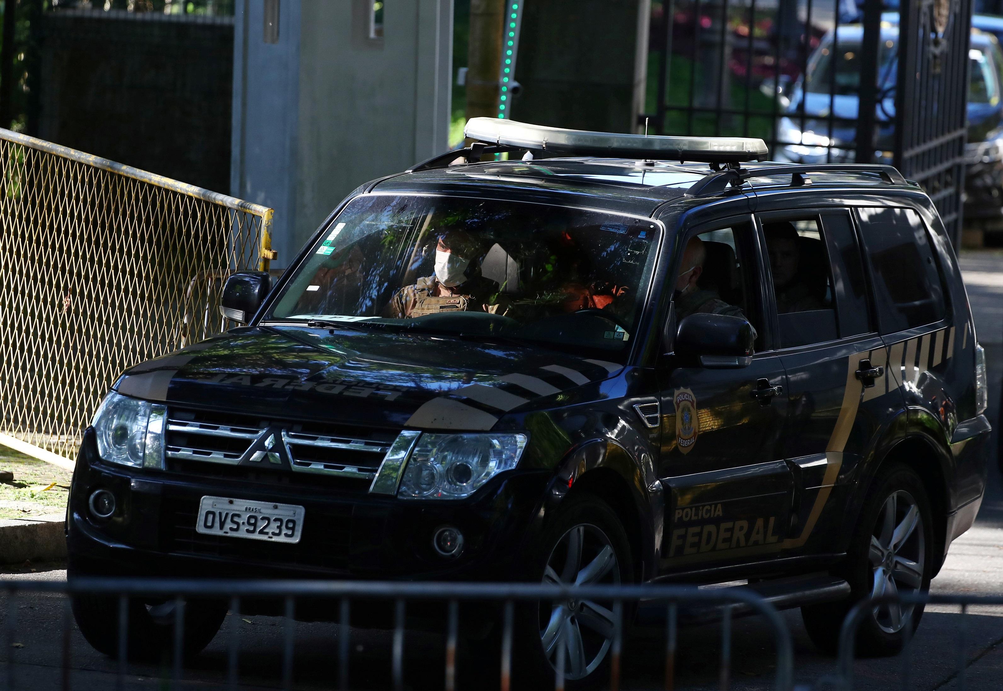 Carro da Polícia Federal (PF) deixa o Palácio Laranjeiras, no Rio