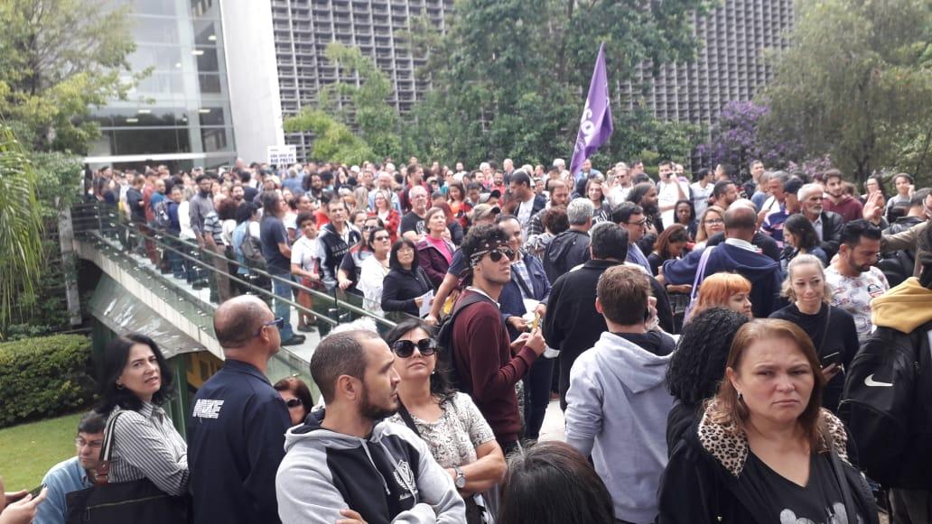 Servidores contrários à reforma de previdência protestam fora da Alesp