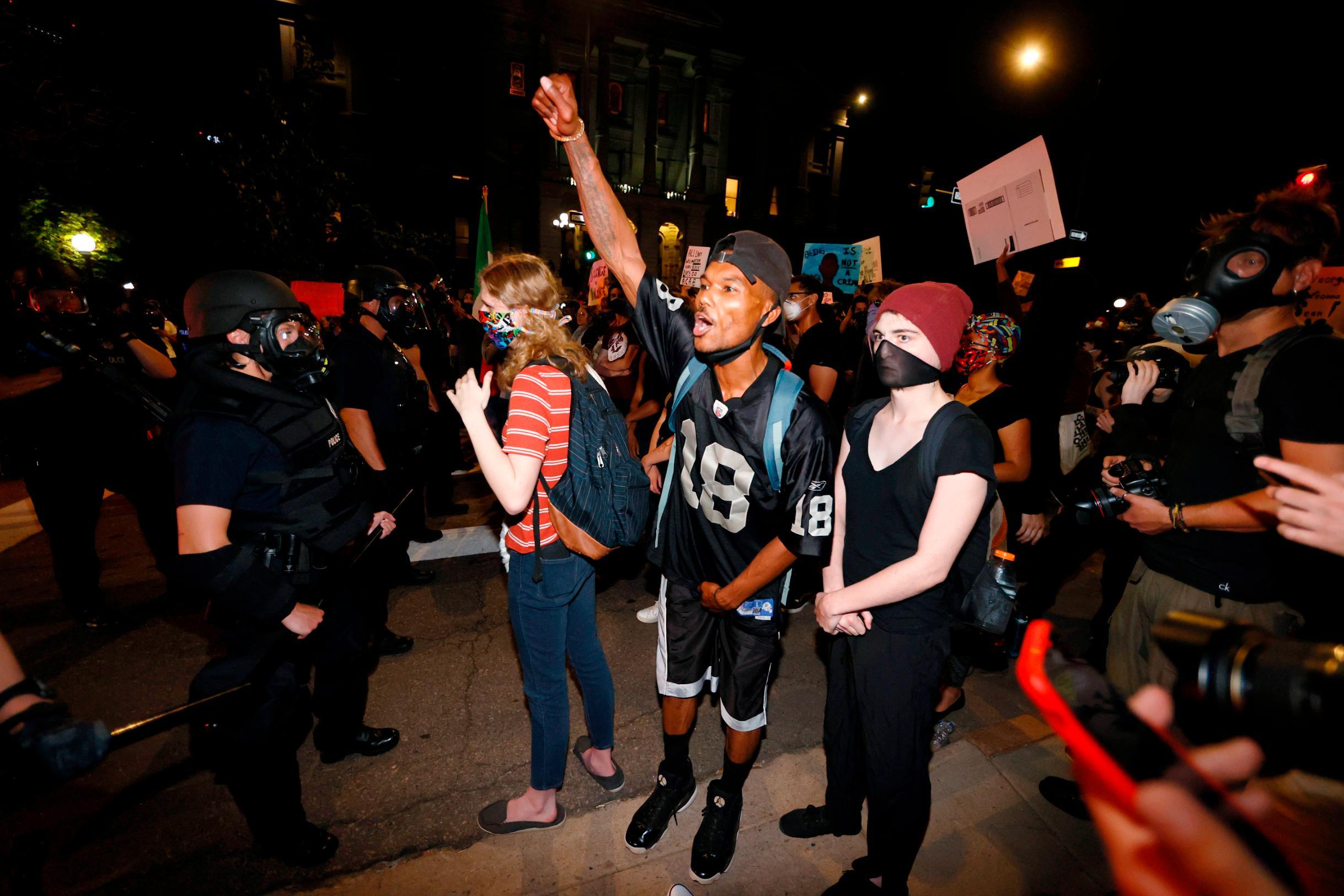 Manifestantes protestam em Denver (EUA) após a morte de George Floyd