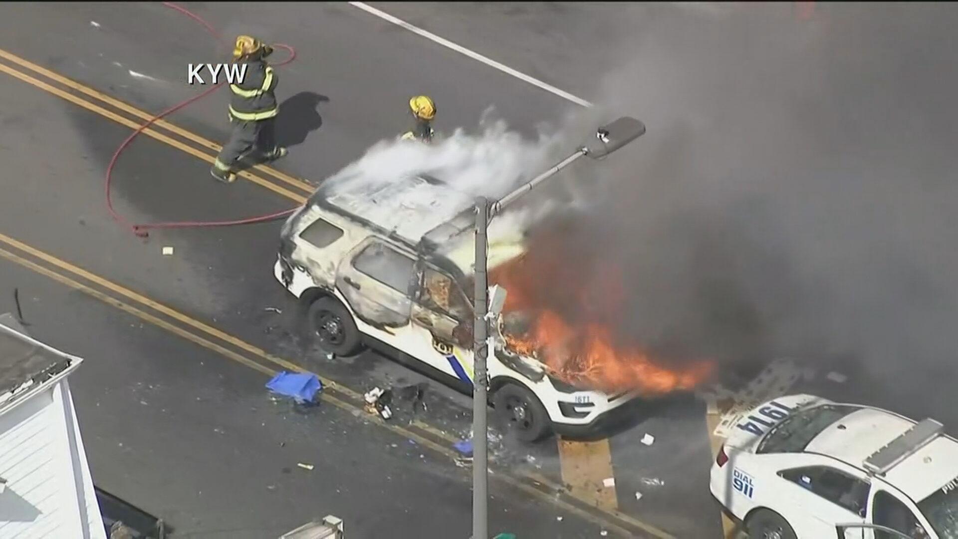 Manifestantes ateiam fogo em carro da polícia nos EUA (31.mai.2020)