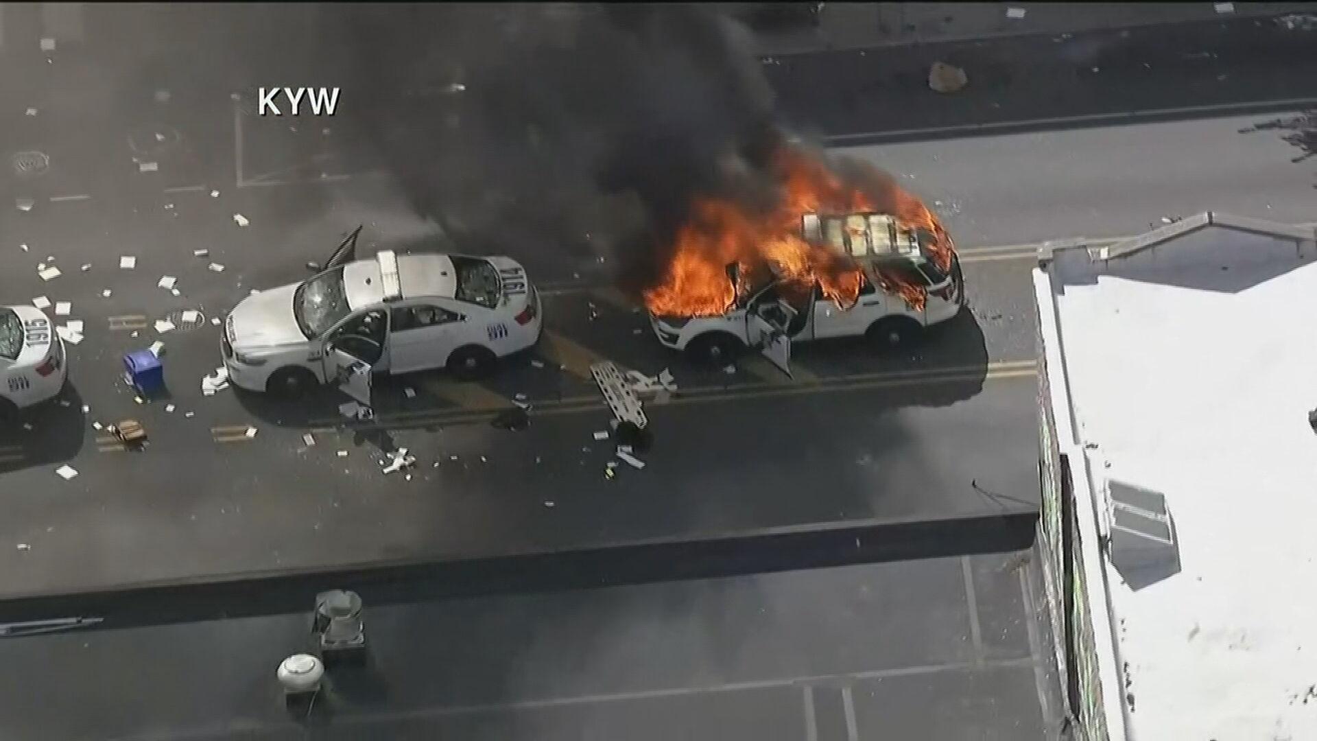Manifestantes ateiam fogo em carro da polícia nos EUA (31.mai;2020)
