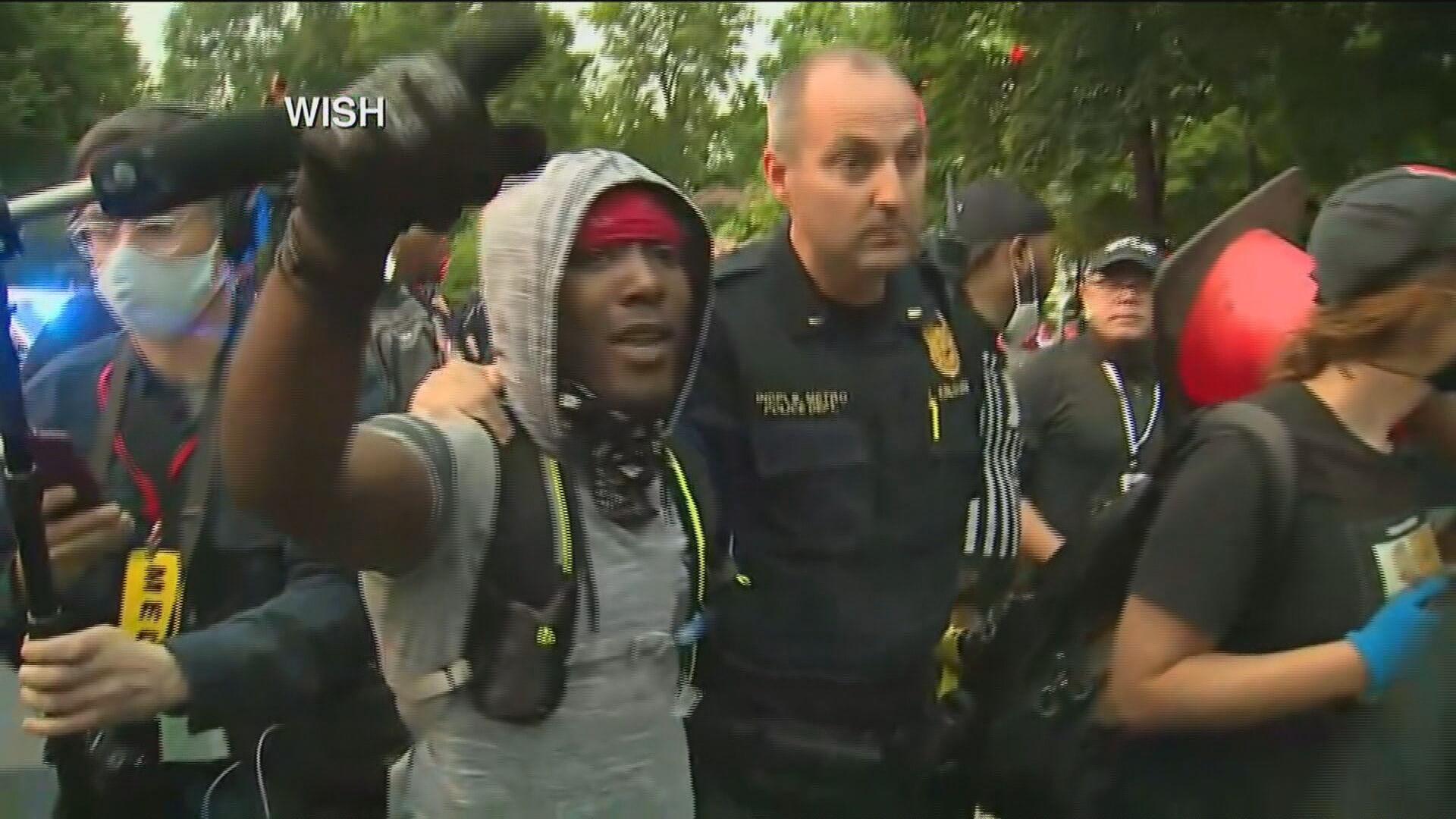 Manifestante negro abraça policial branco durante manifestação em Indiana, nos E