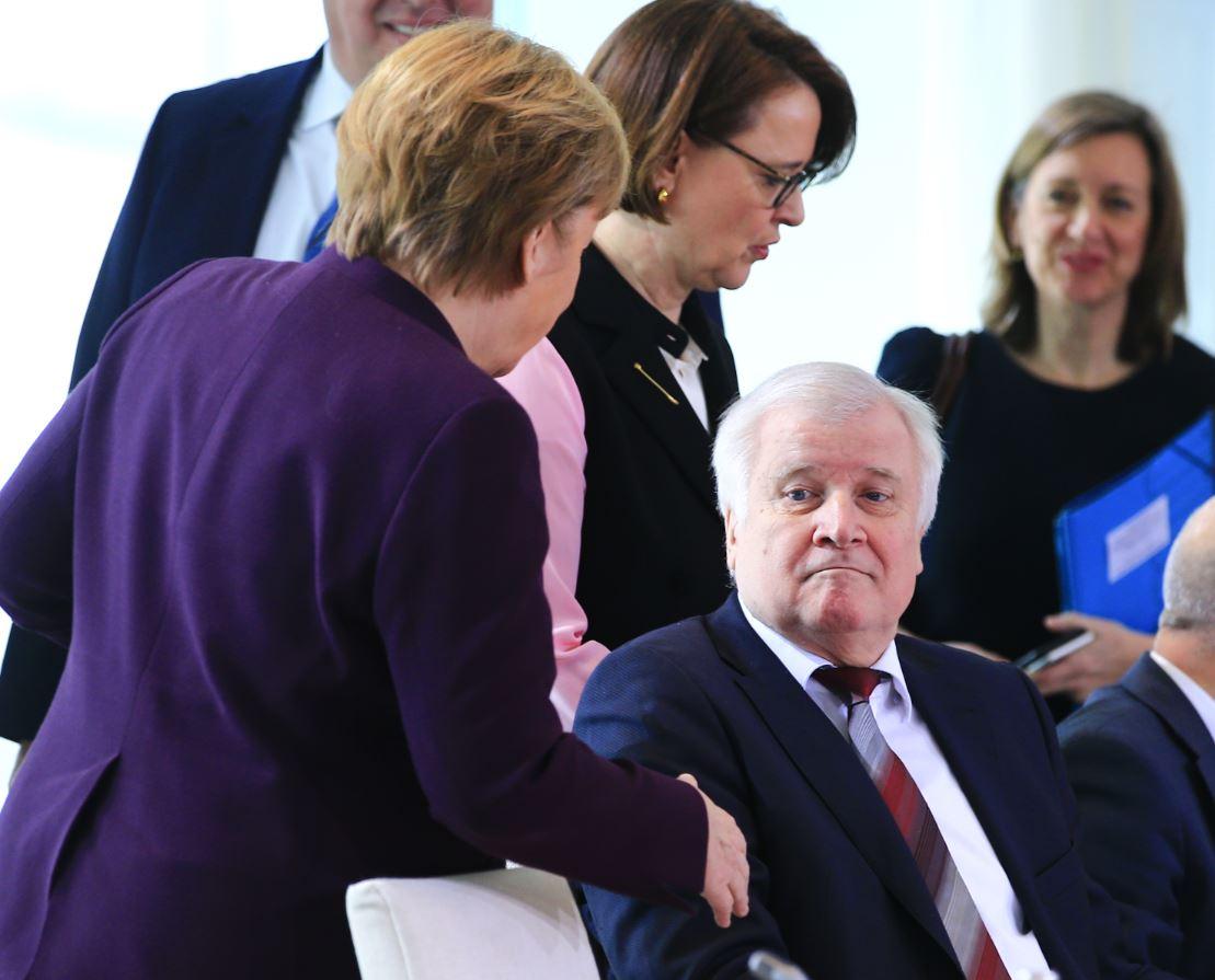 Ministro do Interior alemão, Horst Seehofer, se negou a apertar as mãos de Angel