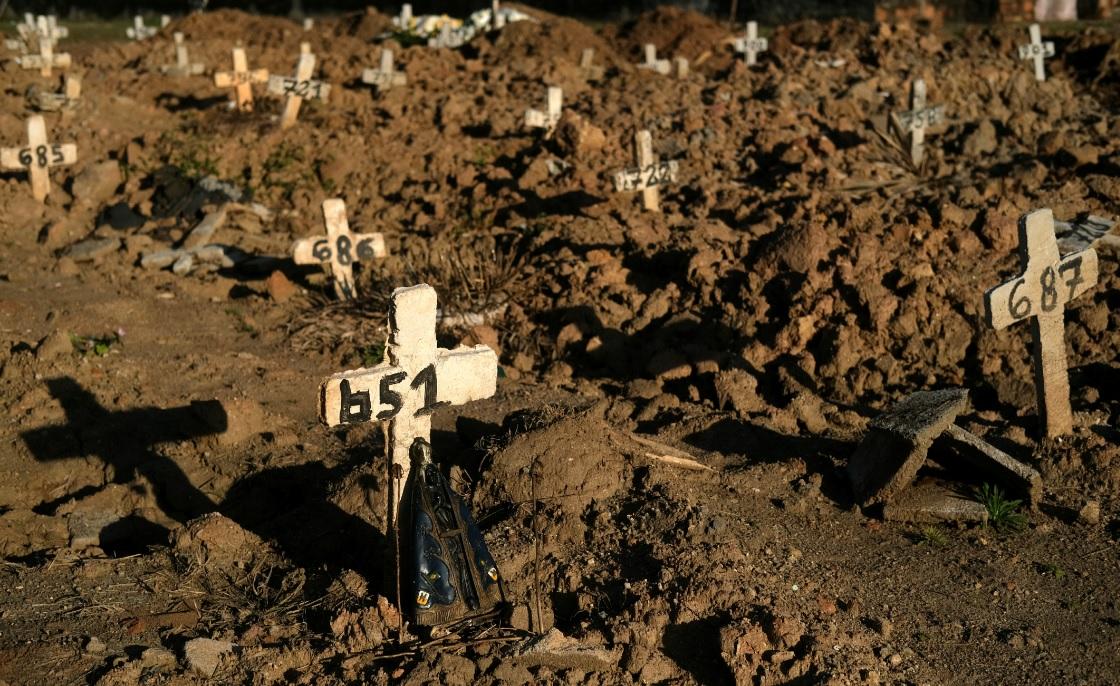 Cruzes sobre covas em Cemitério São Francisco Xavier