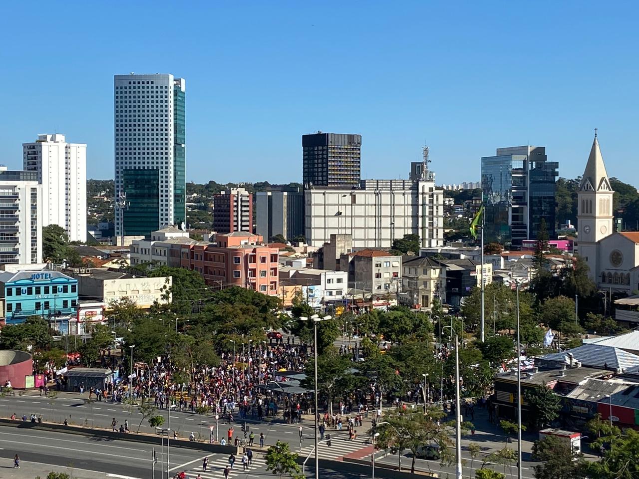 Manifestantes contrários ao governo no Largo da Batata