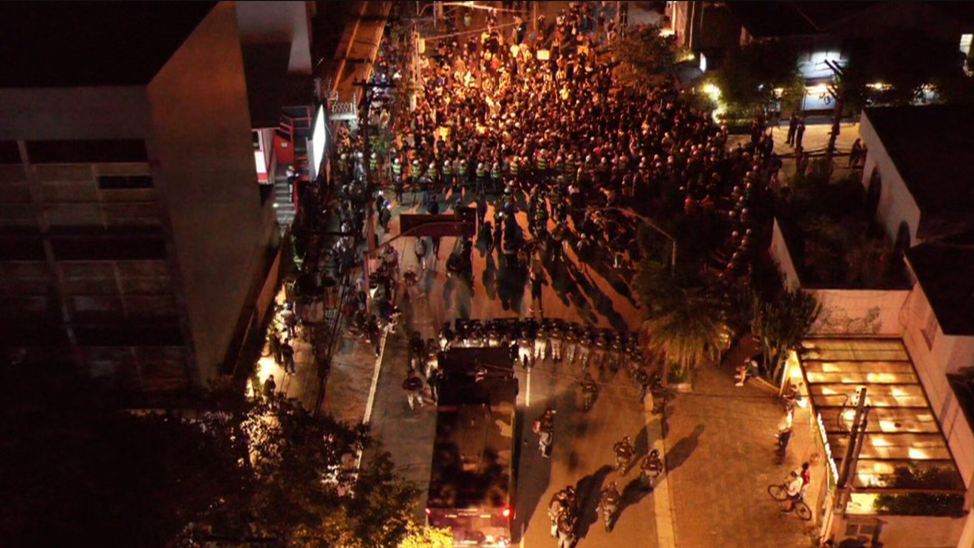 Tropa de choque bloqueia manifestantes em São Paulo