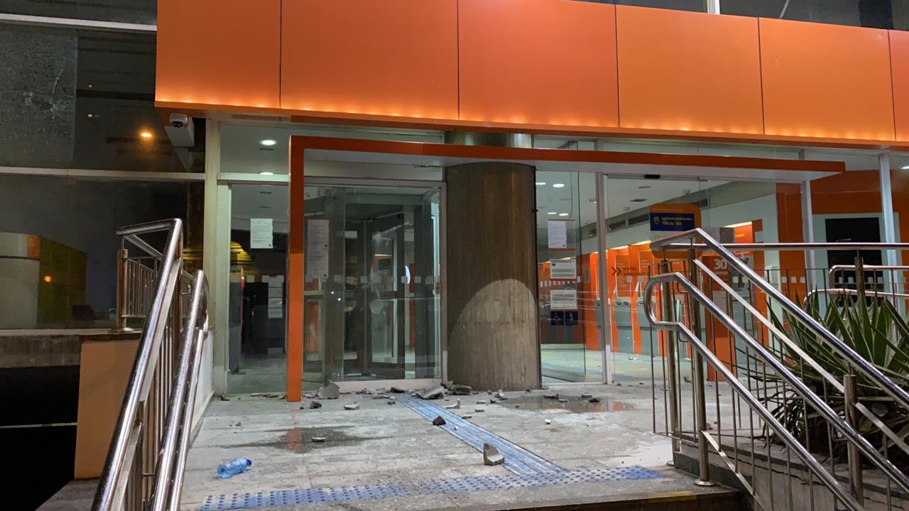 Agência bancária é depredada em São Paulo neste domingo (7/6)