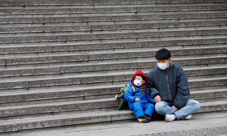 Pai e filho usando máscara na China
