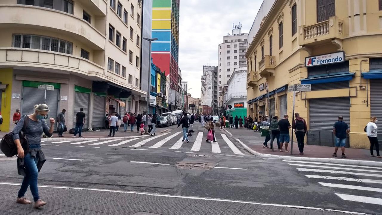 Movimentação na 25 de Março diante da abertura do comércio.