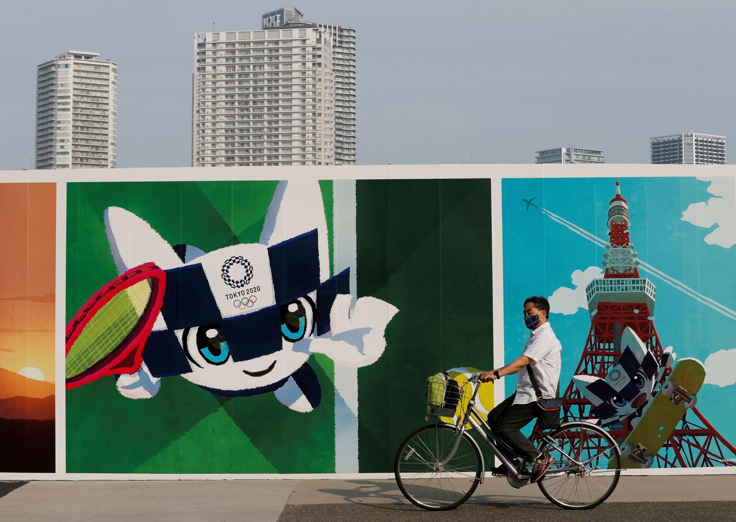 Painel com mascote das Olimpíadas em Tóquio, no Japão