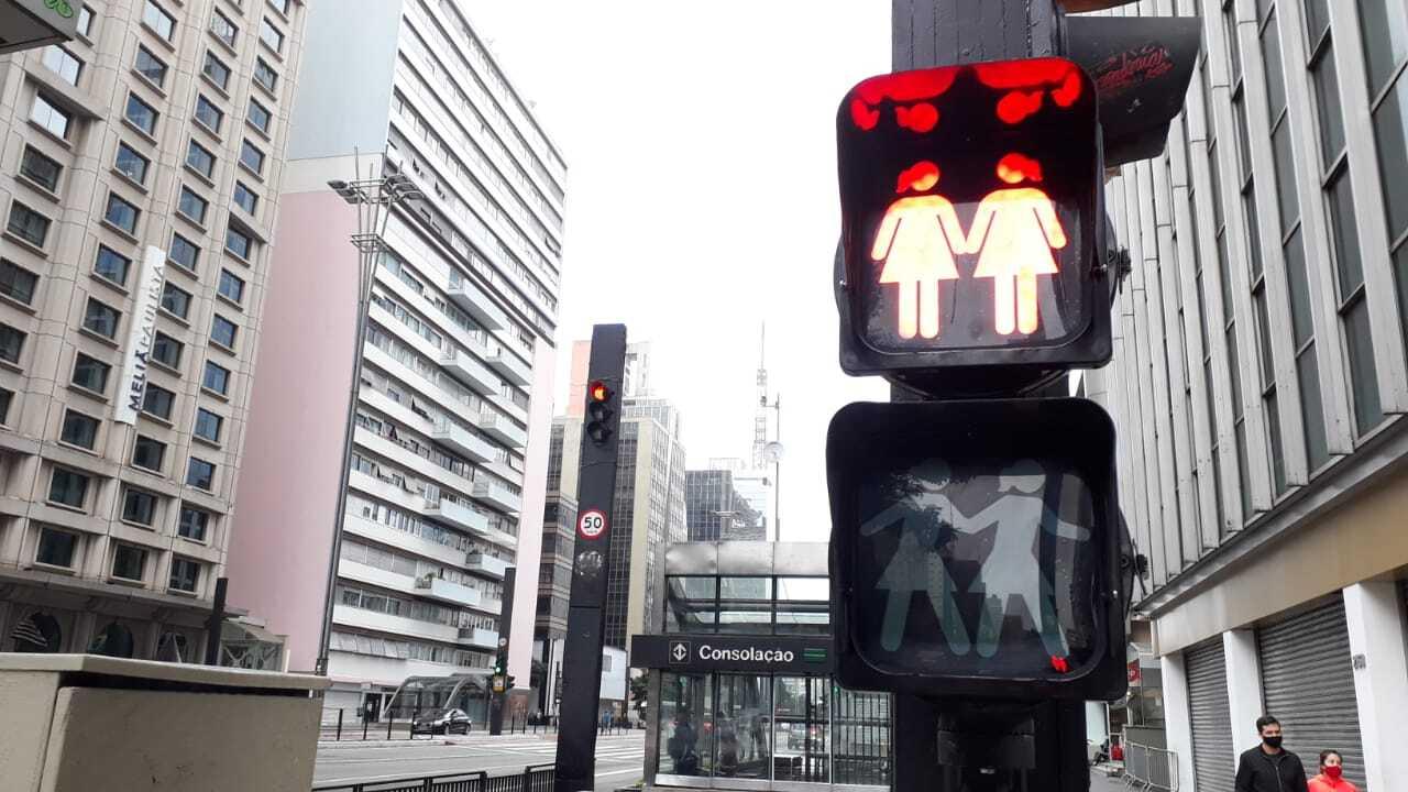 Ativação em semáforos de pedestres, em homenagem a Parada LGBT virtual