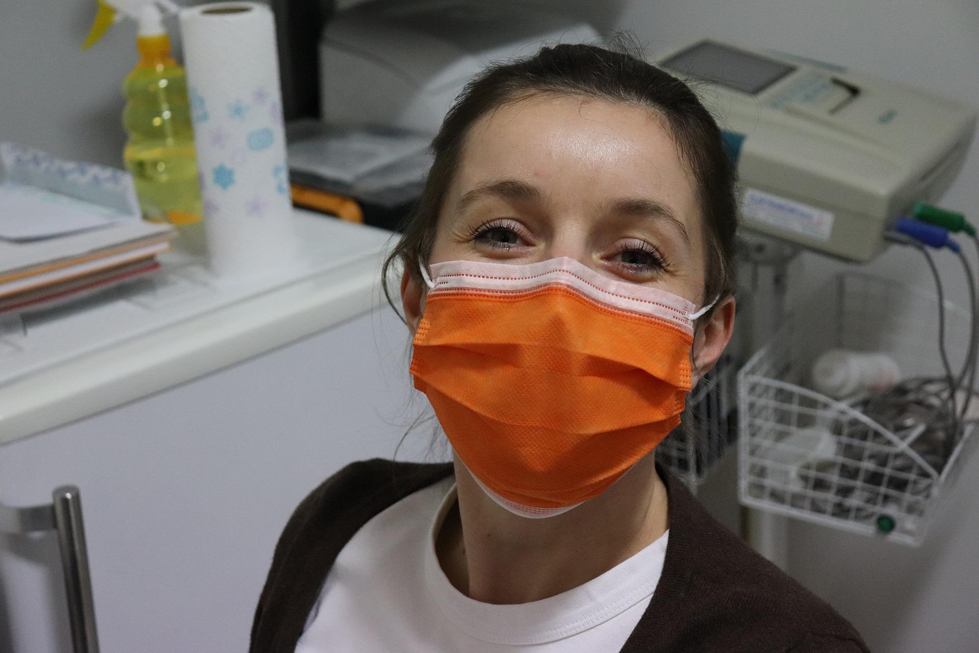 sorrindo com máscara