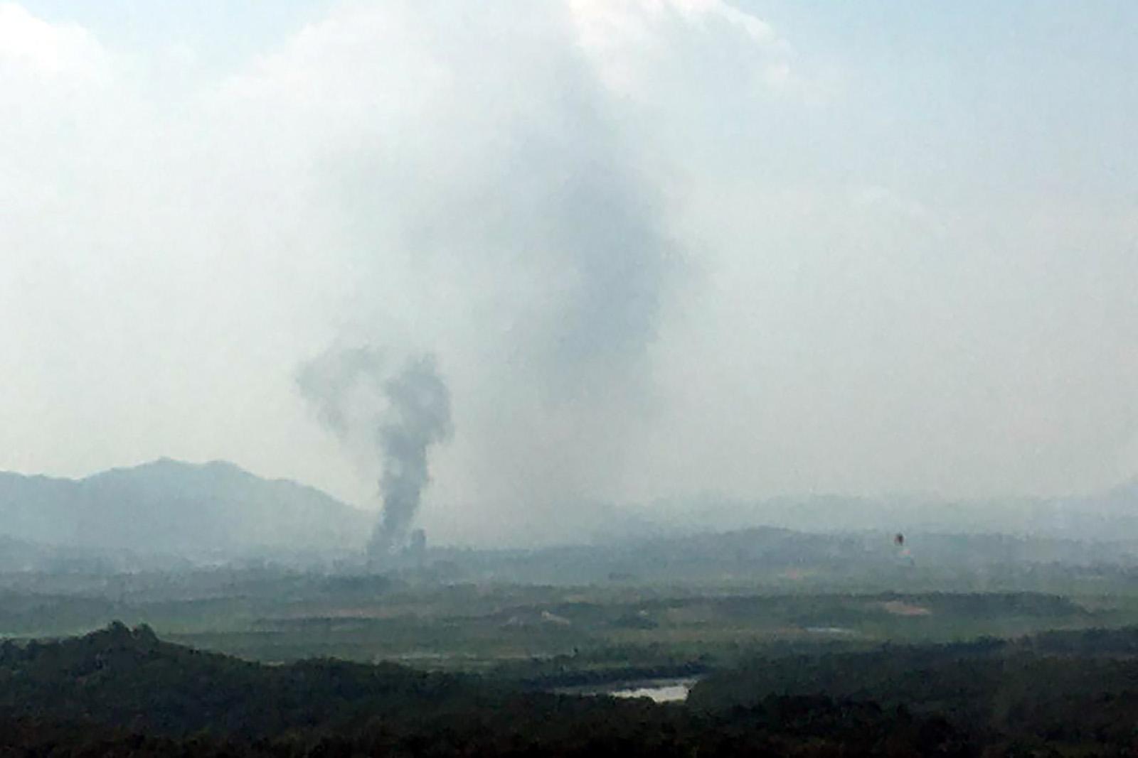 Fumaça acima do local onde ficava o prédio de diálogo das Coreias, em Kaesong