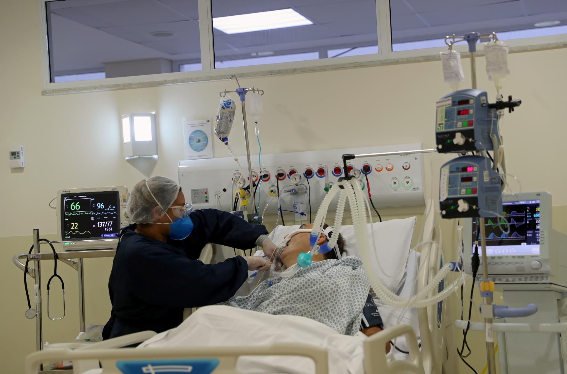 Enfermeira monitora paciente internado com Covid-19 em hospital de São Paulo