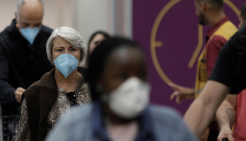 Pessoas usam máscaras protetoras no aeroporto do Rio de Janeiro