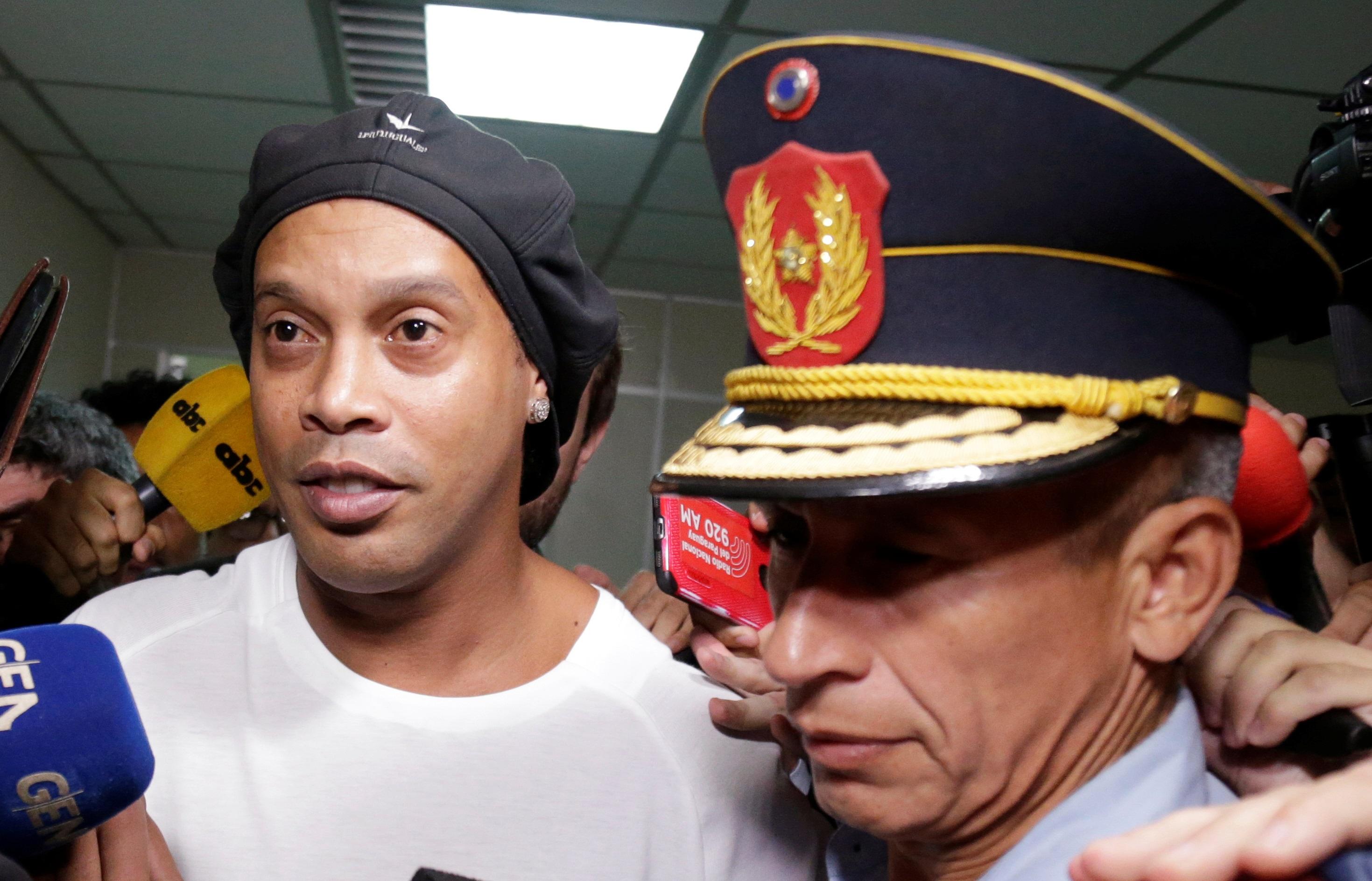Ronaldinho deixa a Suprema Corte do Paraguai após depoimento