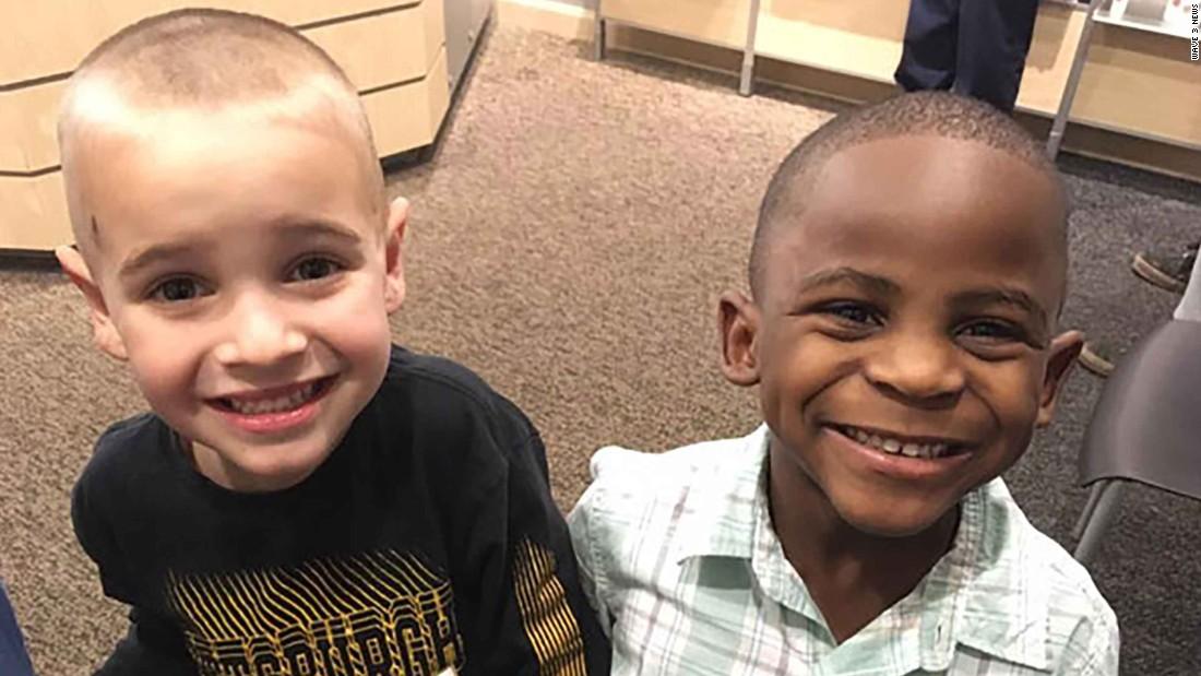 Amizade interracial de crianças.