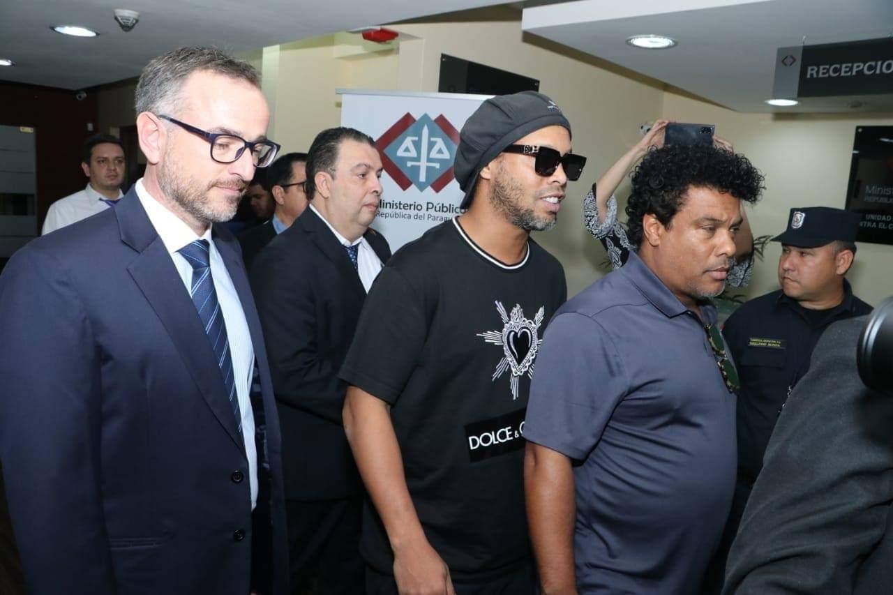 Ronaldinho Gaúcho e seu irmão, Assis, com procuradores no Paraguai