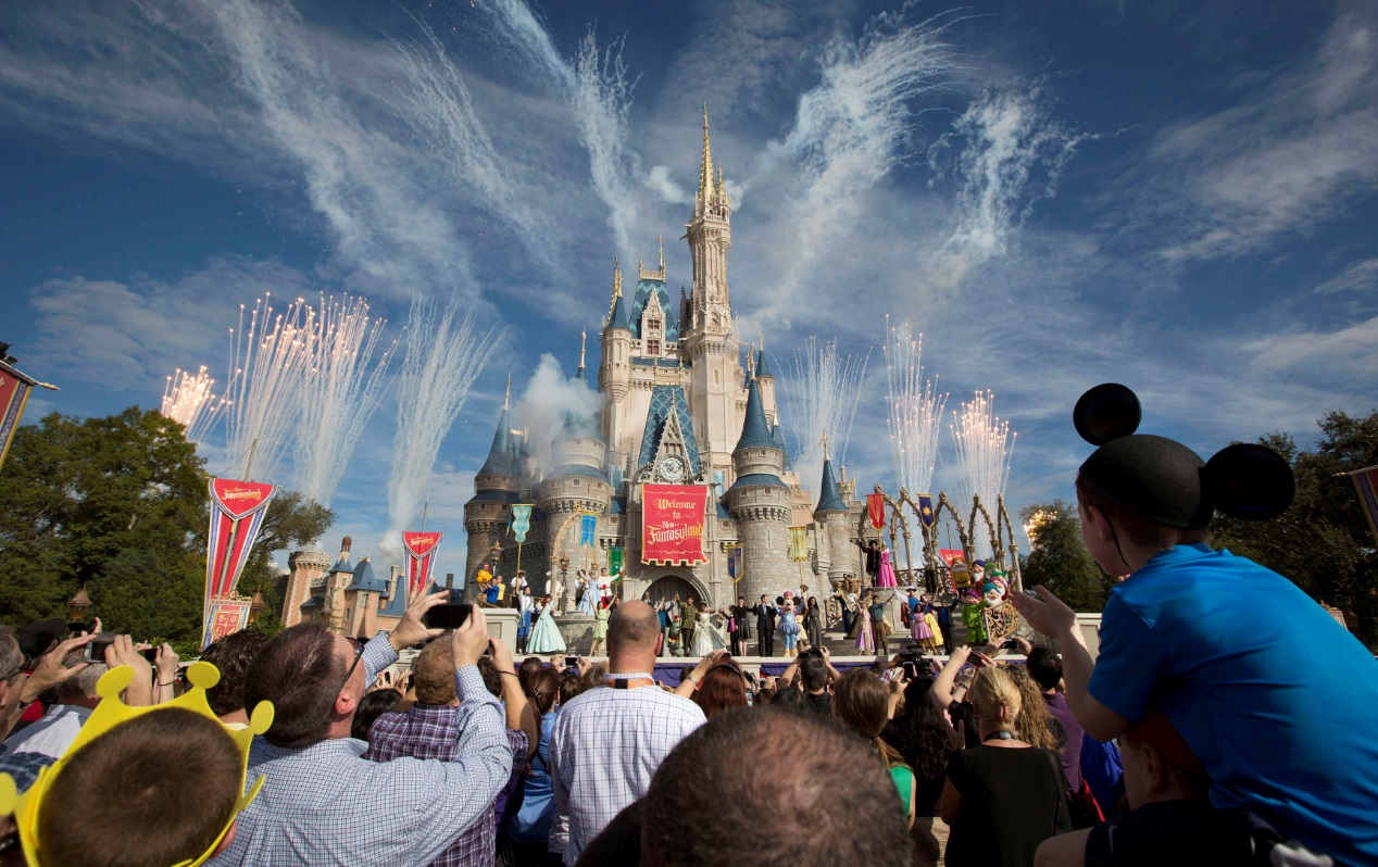 Visitantes assistem a queima de fogos durante apresentação em parque da Disney