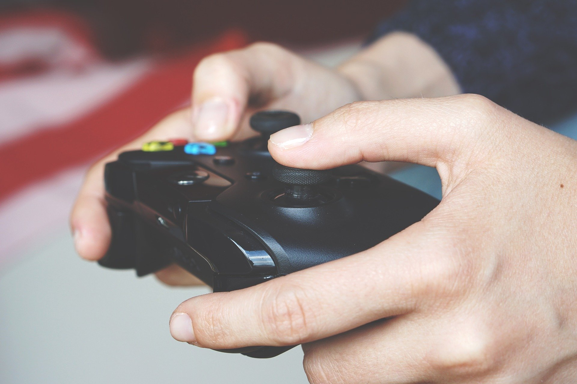 Homem joga videogame