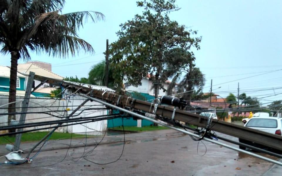 Ventos de até 120 km/h de ciclone derrubaram árvores e postes em Florianópolis
