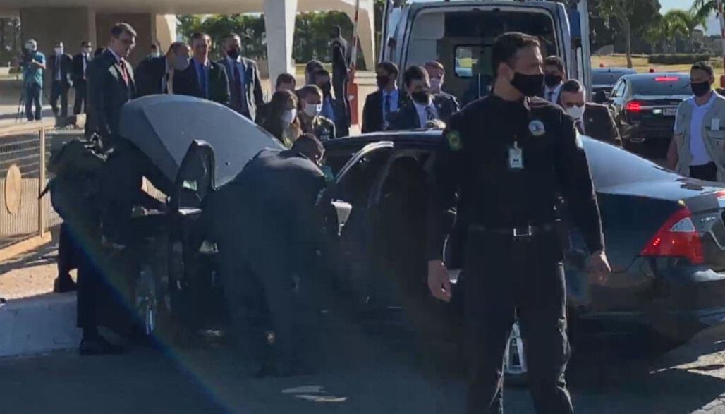 Carro da comitiva presidencial se envolve em acidente em Brasília