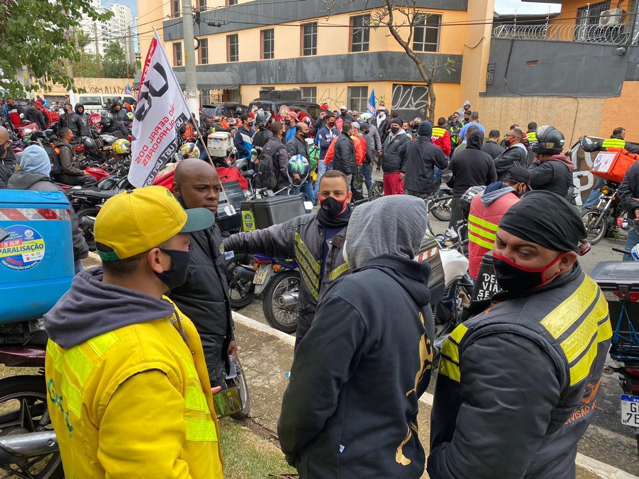 Em São Paulo, entregadores fazem greve e manifestação por direitos trabalhistas