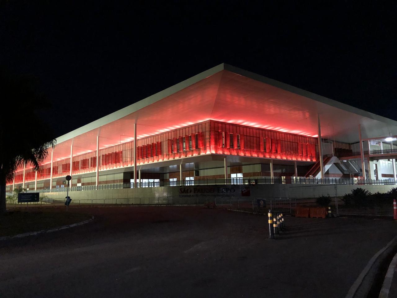Direção do São Paulo Expo colocou luzes vermelhas do lado de fora como protesto