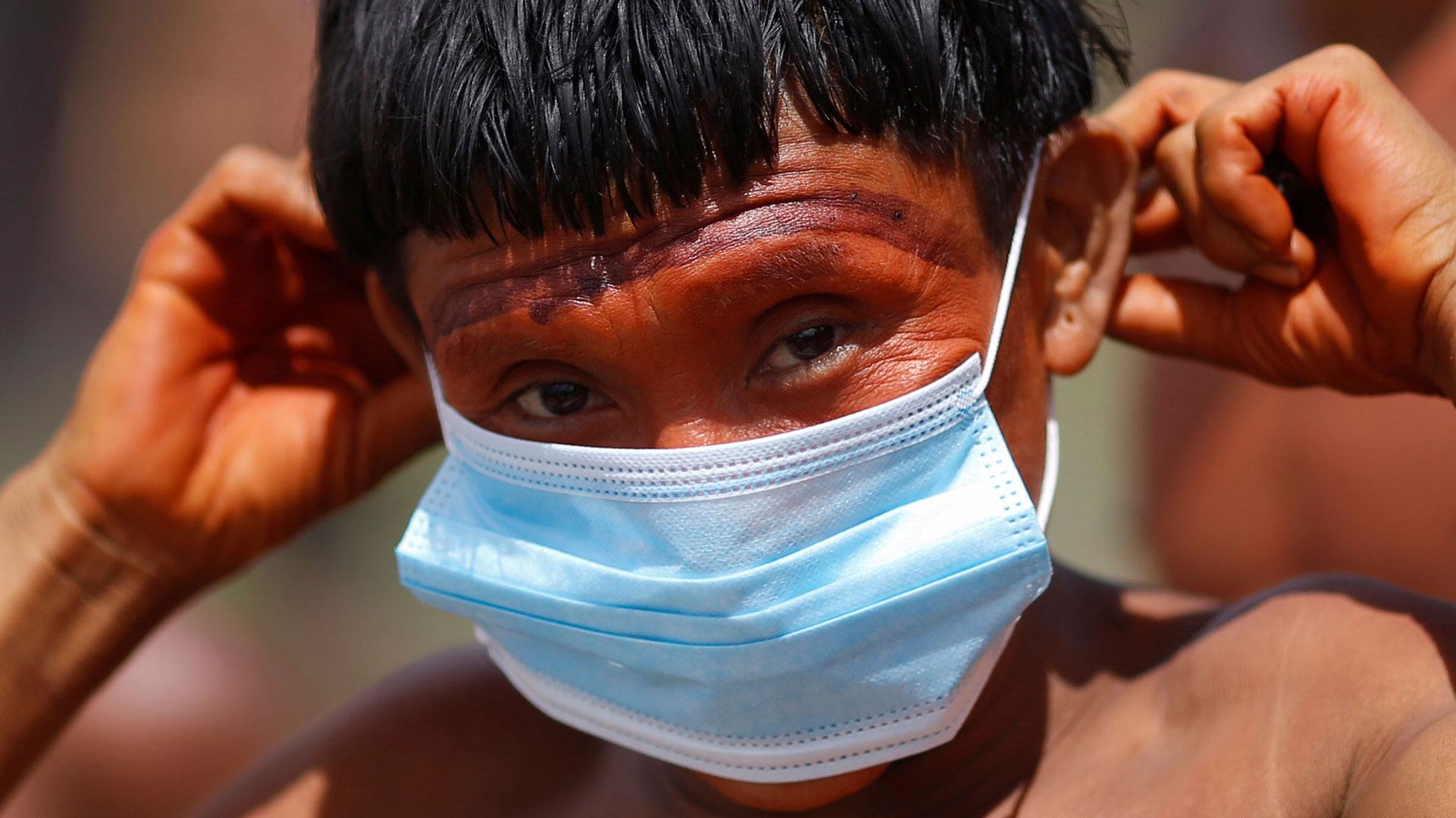 Indígena ianomâmi de máscara.