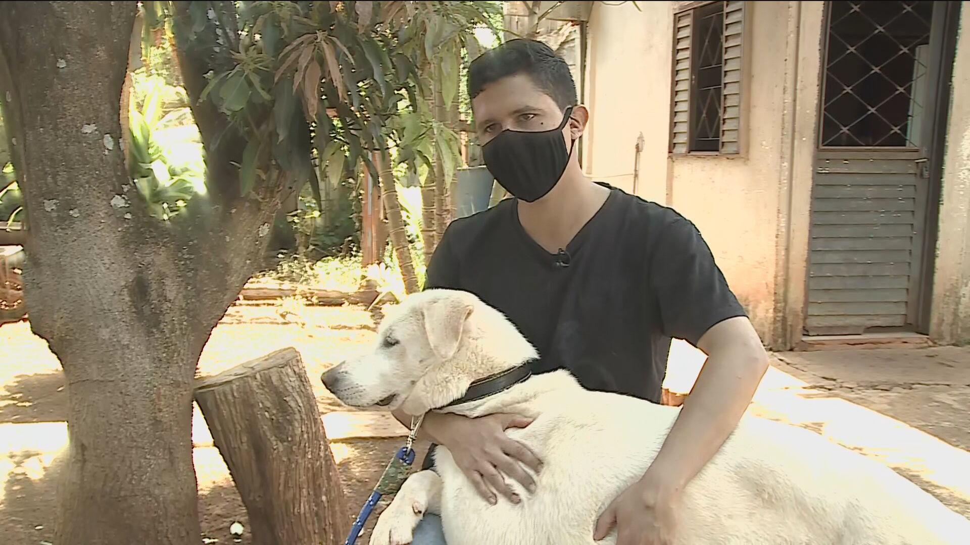 Nagib Zeidan com o cachorro rebatizado Zeus Augusto Bolsonaro fala à CNN