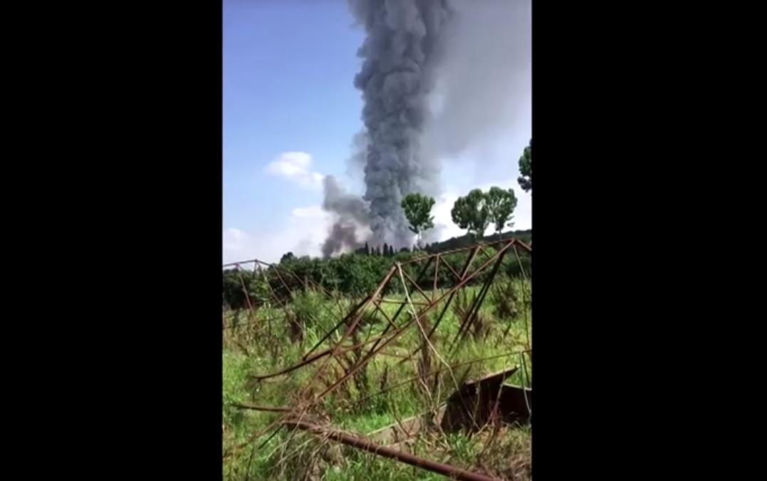 Coluna de fumaça é vista no local da explosão