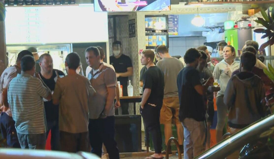 Aglomeração e pessoas sem máscara na primeira noite de reabertura de bares no Ri