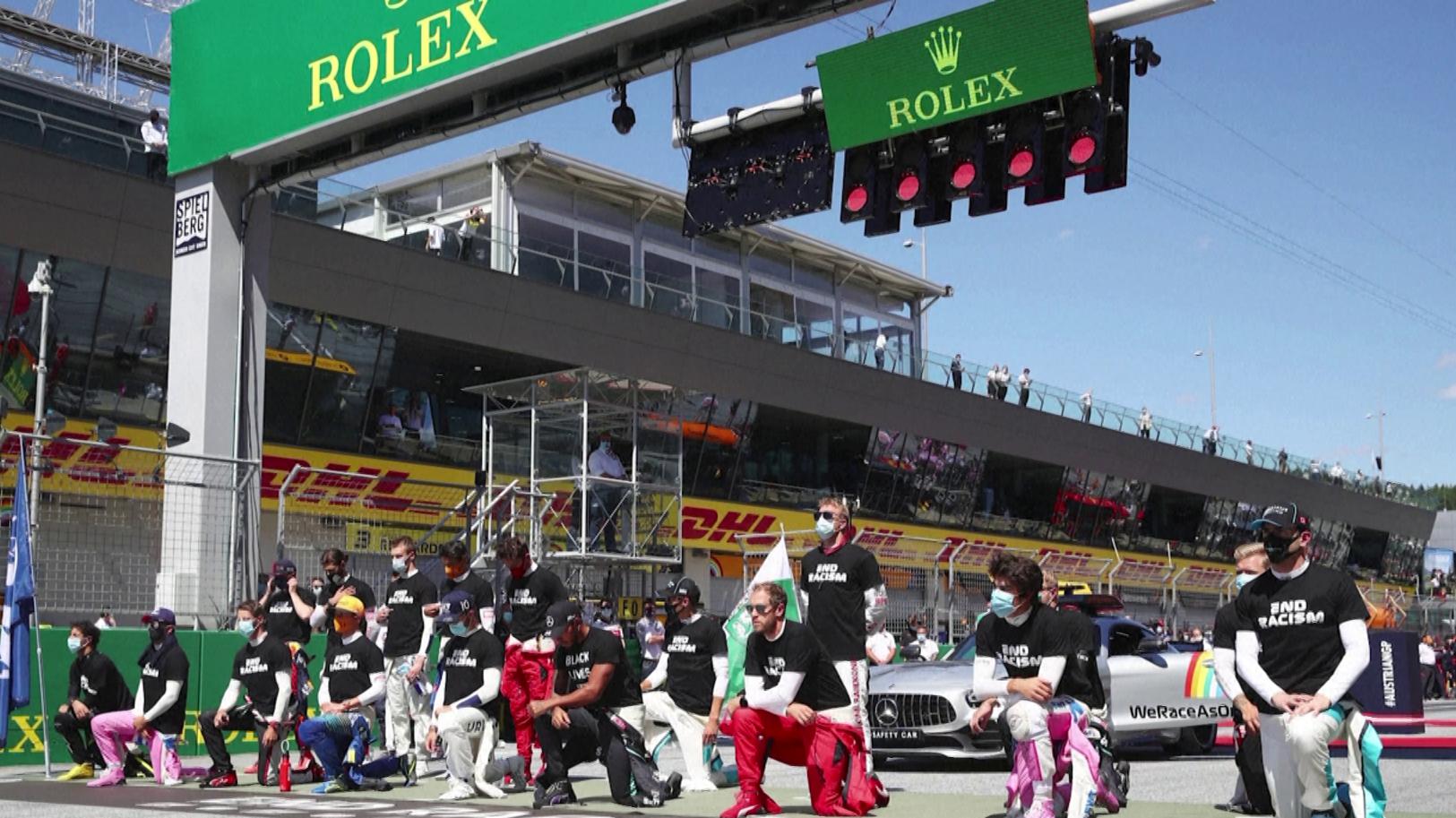 14 dos 20 pilotos da F1, incluindo Lewis Hamilton, ajoelharam durante hino