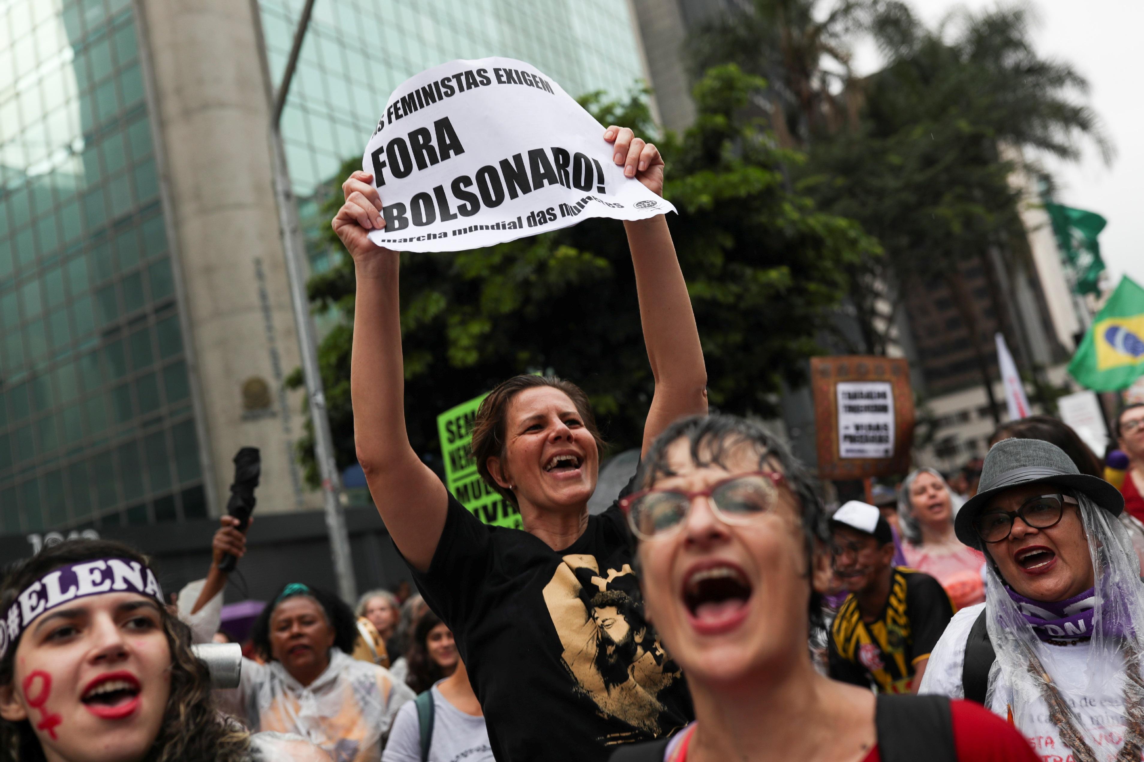 Mulher protesta contra Bolsonaro em ato pelo Dia Internacional da Mulher