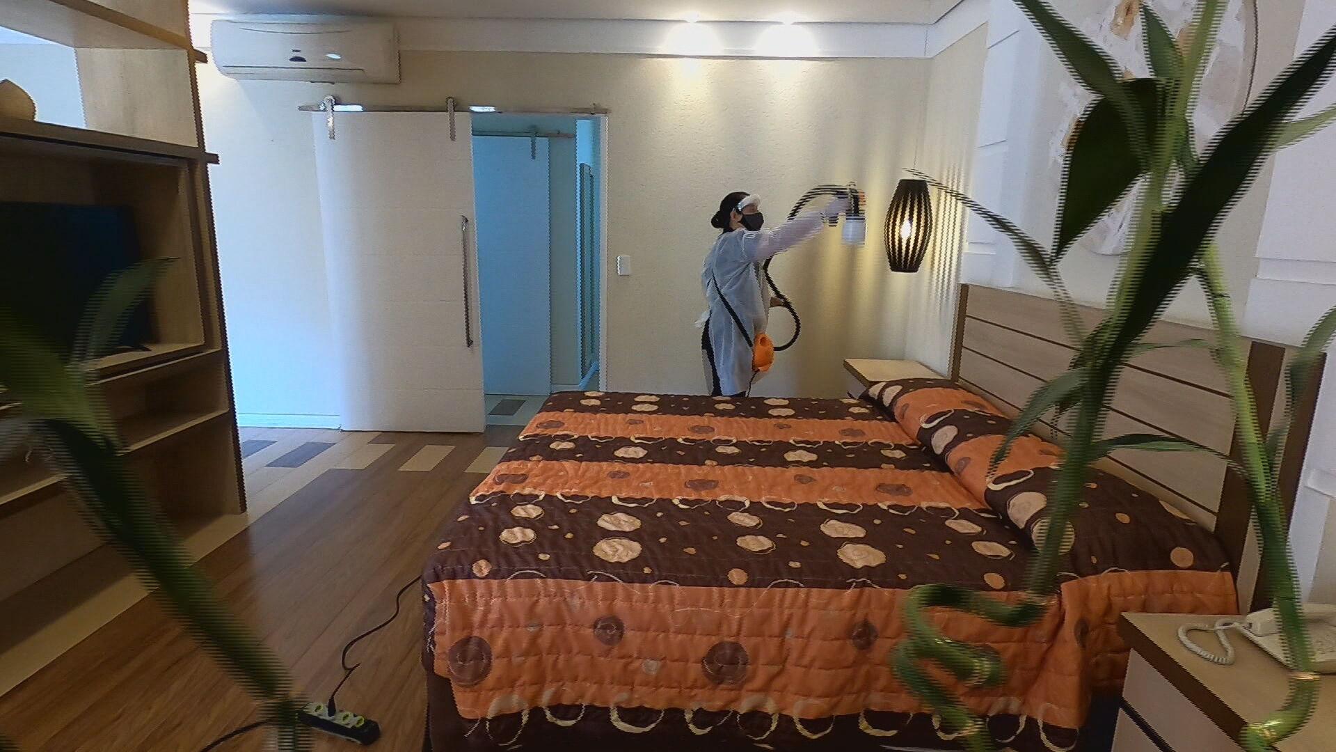 Funcionária desinfecta quarto de hotel em Atibaia, interior de São Paulo (08.jul