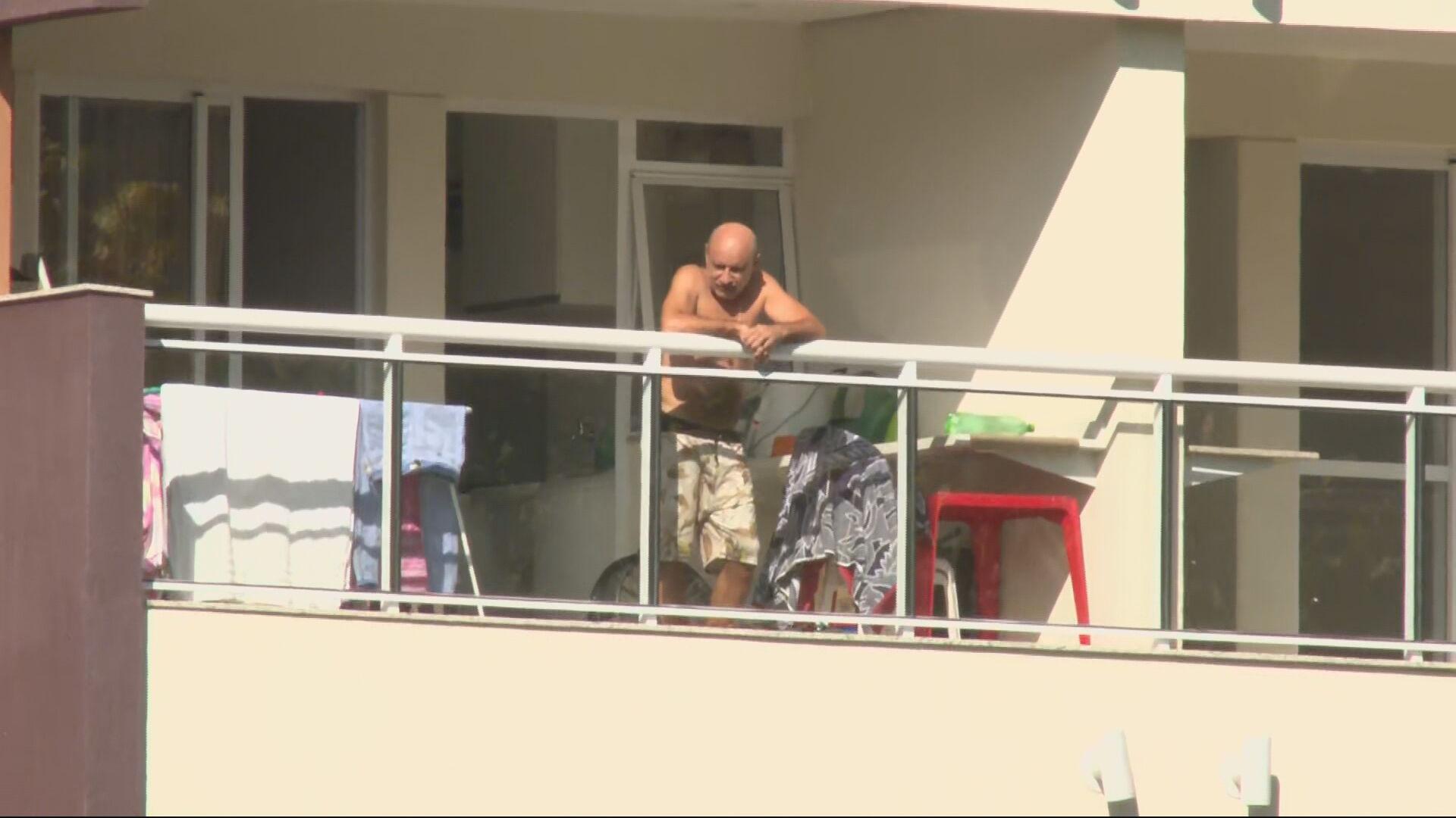 Fabrício Queiroz na sacada de apartamento onde cumpre prisão