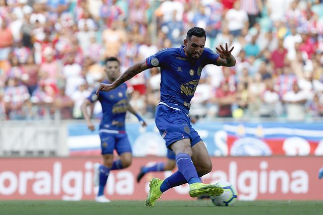 Atacante Gilberto do Bahia domina a bola em jogo contra o Palmeiras