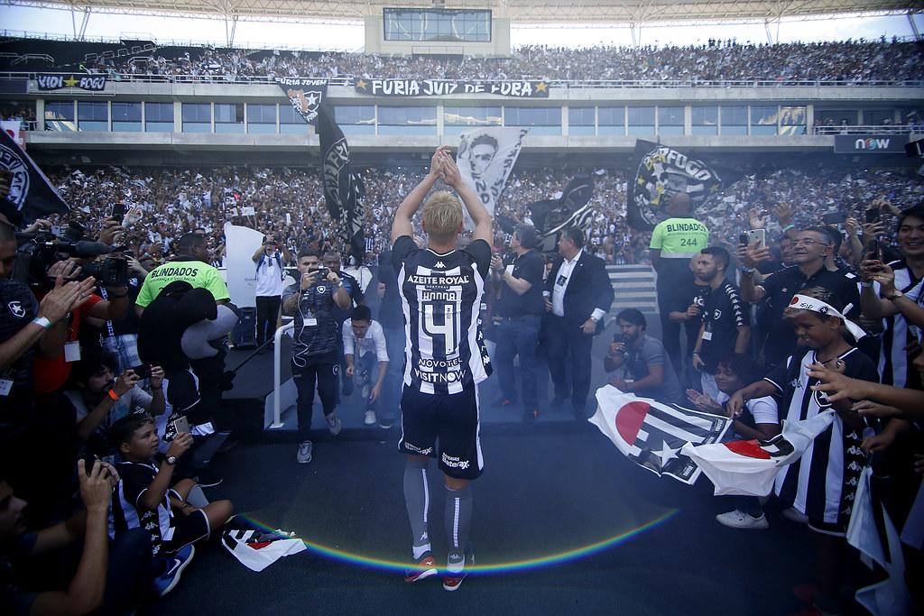 Keisuke Honda é apresentado à torcida do Botafogo no Estádio Nilton Santos
