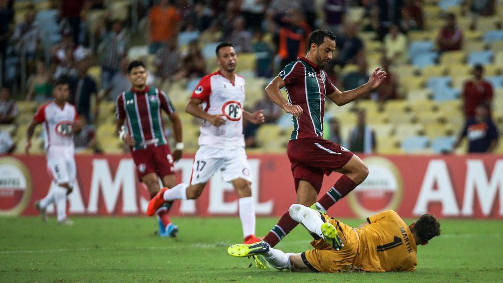 Nenê dribla goleiro do Unión La Calera em jogo da Copa Sul-Americana