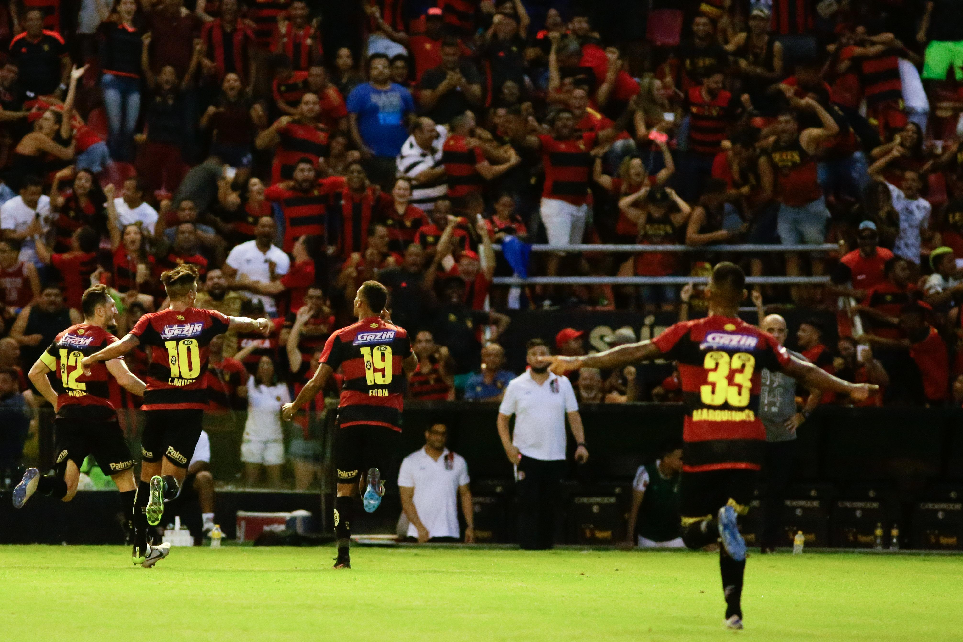 Time do Sport comemora gol contra o rival Santa Cruz, na Ilha do Retiro
