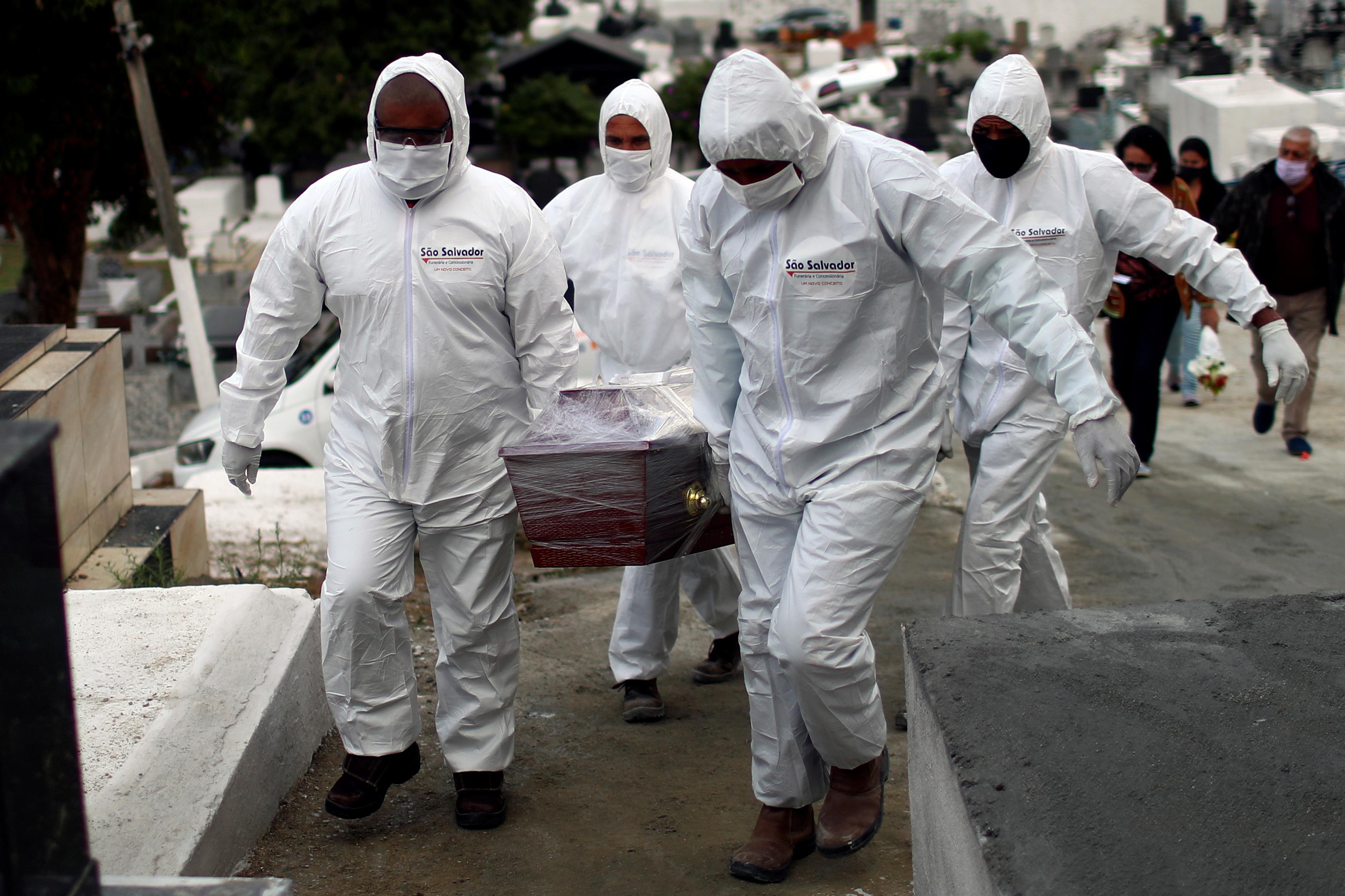 Funcionários de cemitério durante enterro de vítima da Covid-19 em Nova Iguaçu