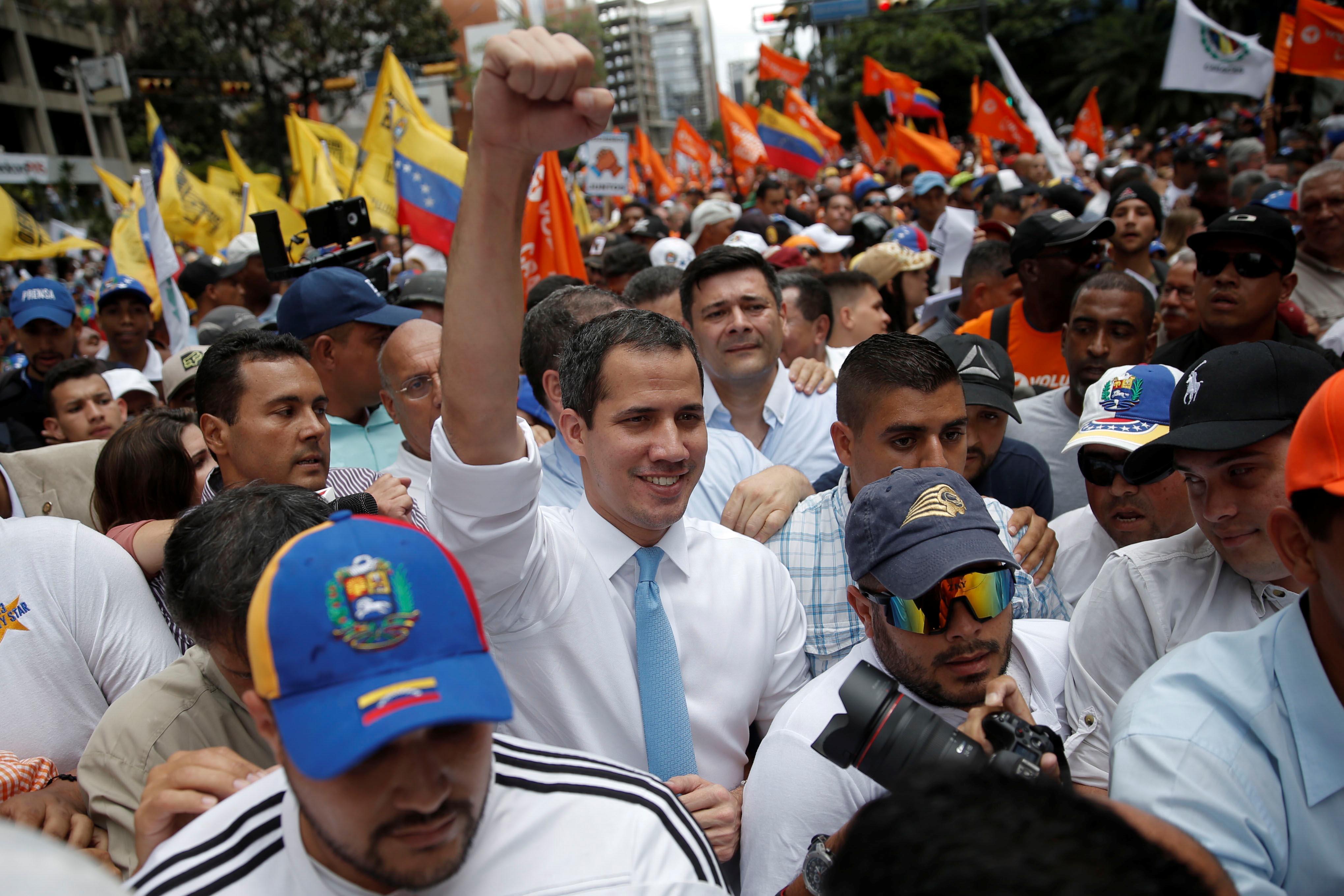 Manifestantes fazem passeata com Guaidó em Caracas