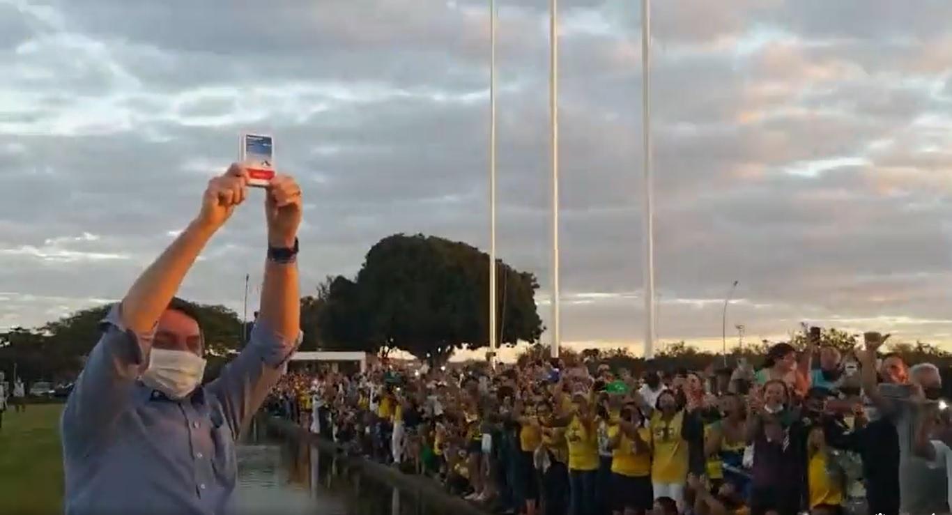 Bolsonaro ergue caixa de hidroxicloroquina em frente a multidão em Brasília