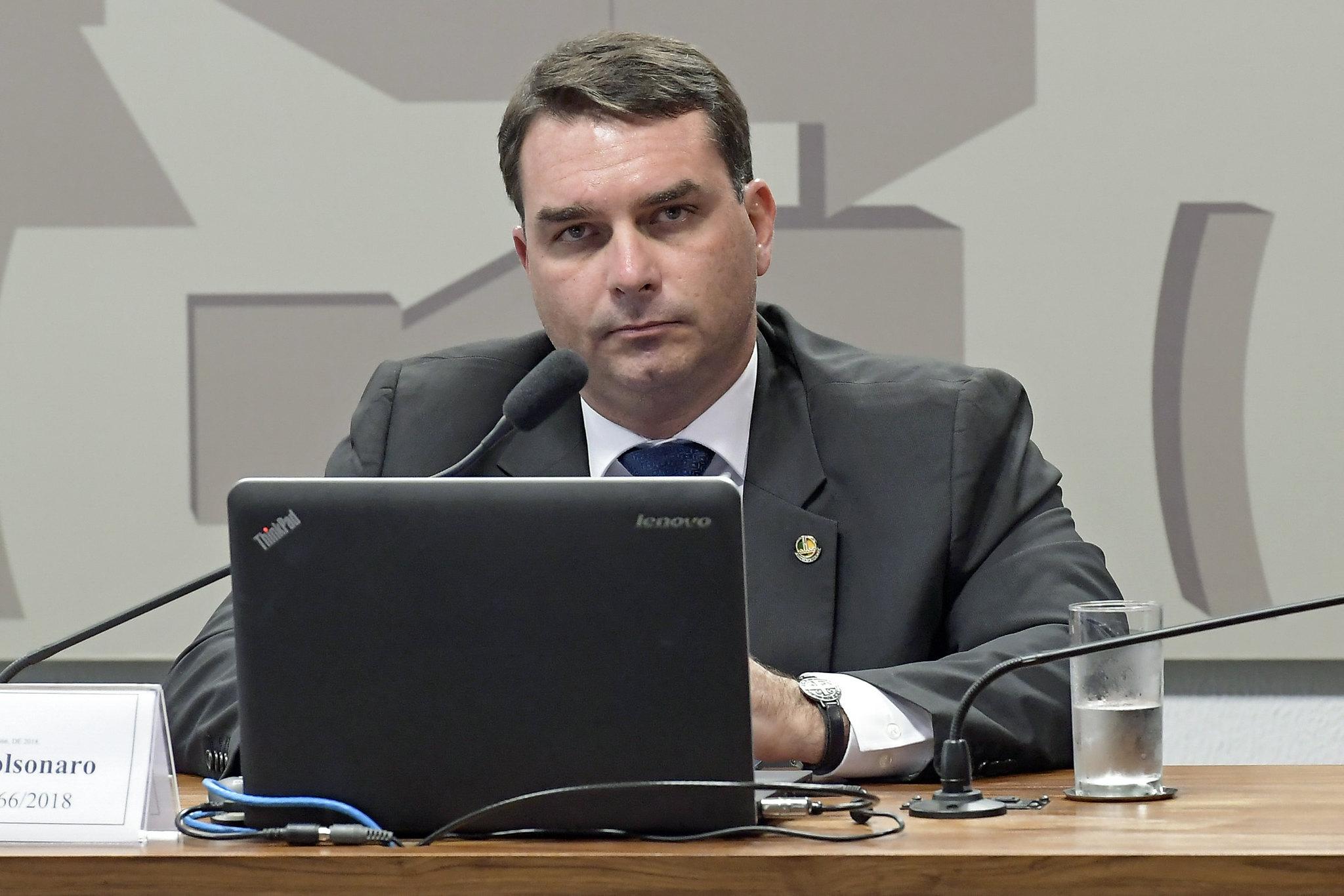 O senador Flávio Bolsonaro durante sessão de comissão mista