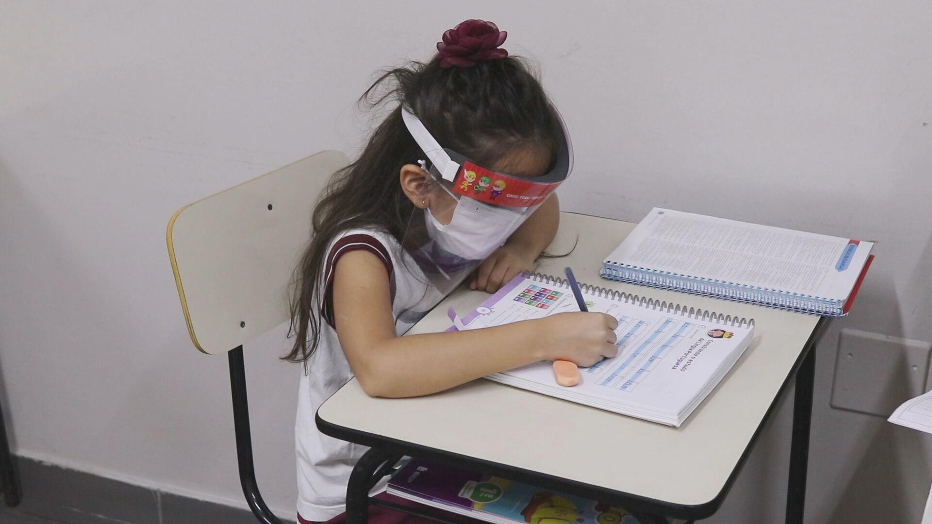 Criança em escola particular de Manaus: máscara e escudo facial se tornaram iten